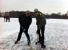 Der Auszubildende und der Chef beim Eishockeyspielen